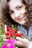 Fille sur un fond de dogrose de fleurs et de fruits Photographie stock libre de droits