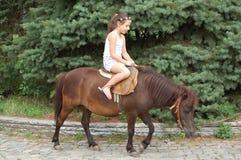 Fille sur un poney Images libres de droits