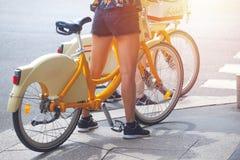 Fille sur une bicyclette de ville à un croisement de rue, Milan, Italie photo stock