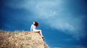 Fille sur une montagne Photo stock