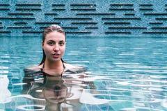 Fille sur une piscine d'une station de vacances image stock