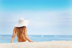 Fille sur une plage Images stock