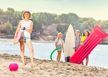 Fille sur une plage avec le groupe d'amis pour l'amusement Images libres de droits