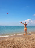 Fille sur une plage d'été Photo stock