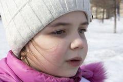 Fille sur une rue neigeuse Image stock