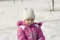 Fille sur une rue neigeuse Images libres de droits