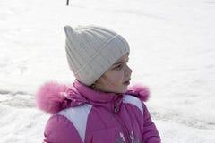Fille sur une rue neigeuse Photographie stock libre de droits