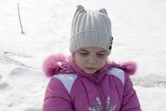 Fille sur une rue neigeuse Photo stock