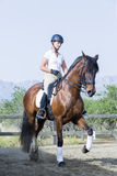 Fille sur une session de dressage Photo libre de droits