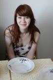 Fille Teen-aged au sourire de table photo stock