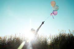 Fille tenant des ballons dans le jour d'été Images libres de droits