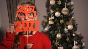 Fille tenant des bannières avec les schémas 2017 Images stock