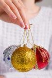 Fille tenant des boules de Noël Photo stock