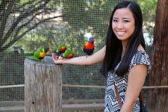 Fille tenant des oiseaux Images libres de droits