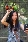 Fille tenant des oiseaux Image stock