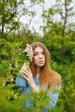 Fille tenant l'acacia de fleurs Images stock