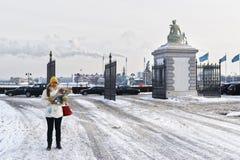 Fille tenant la carte à la porte de parc de Langelinie en hiver Copenhague Photo libre de droits