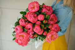 Fille tenant la fleur rose fraîche de pivoine Images libres de droits