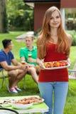 Fille tenant la nourriture savoureuse Image libre de droits