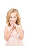 Fille tenant le biscuit en forme de coeur photo libre de droits