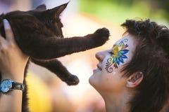 Fille tenant le chaton adorable de ragondin du Maine Images libres de droits