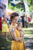 Fille tenant le chaton adorable de ragondin du Maine Photos stock
