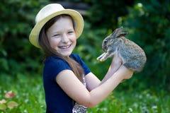 Fille tenant le lapin de Pâques Photographie stock libre de droits