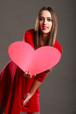 Fille tenant le signe rouge d'amour de coeur Photos libres de droits