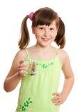 Fille tenant le verre de l'eau Photos stock