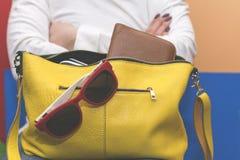 Fille tenant son sac Recherche des articles dans le sac images stock