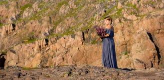 Fille tenant un bouquet de saule-herbe Photographie stock