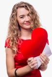Fille tenant un coeur rouge Images stock