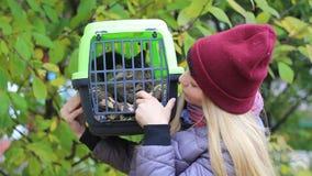Fille tenant un conteneur avec un chat banque de vidéos