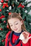 Fille tenant un ornement de l'arbre de Noël Photos libres de droits