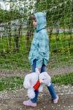 Fille tenant un ours blanc images libres de droits