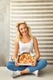 Fille tenant une boîte de pizza Image libre de droits