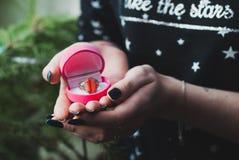 Fille tenant une boîte rose avec un anneau, Photographie stock libre de droits