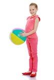 Fille tenant une boule Photos libres de droits