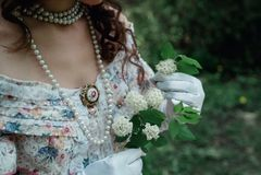 Fille tenant une fleur dans sa main Photo stock