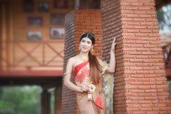 Fille thaïlandaise de femme thaïlandaise de beauté de jeune mariée belle dans le costume traditionnel de robe photographie stock libre de droits