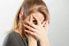 Fille timide cachant son visage images libres de droits