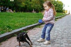 Fille tirant le chien Images libres de droits
