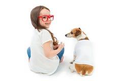 Fille tournée par dos et chien s'asseyant Photos stock