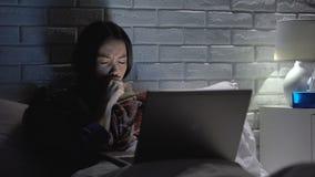 Fille toussant dur, grippe et insomnie de souffrance, film de observation sur l'ordinateur portable la nuit banque de vidéos