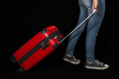 Fille transportant une valise rouge Images stock