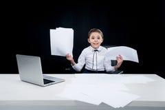 Fille travaillant avec des documents sur le lieu de travail photos libres de droits