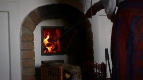 Fille travaillant avec le feu dans une carlingue de montagne clips vidéos