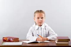 Fille travaillant sur son projet d'école photographie stock libre de droits