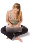 Fille travaillant sur un ordinateur portatif image stock