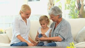 Fille tricotant avec sa mère et grand-mère clips vidéos
